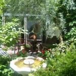 Bei schönem Wetter: Unterricht im Freien im Hausgarten